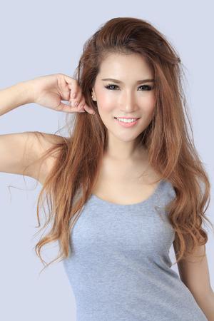 hot asian: Красивая Азии женщина, изолированных на сером фоне