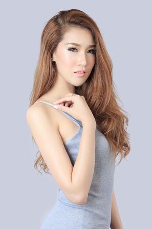 Belle femme asiatique isolé sur fond gris Banque d'images - 42261825