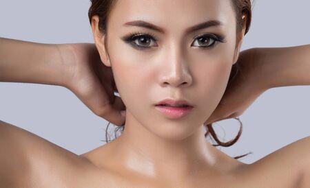 limpieza de cutis: Hermoso rostro de mujer joven con el espacio de la copia Foto de archivo