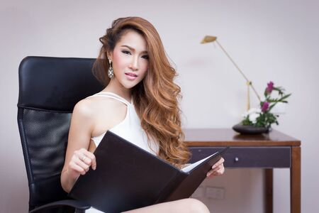 secretaria sexy: Young Beautiful Businesswoman in office