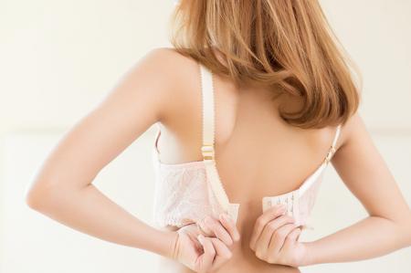 modelo desnuda: Young beautiful Sexy model taking off her bra