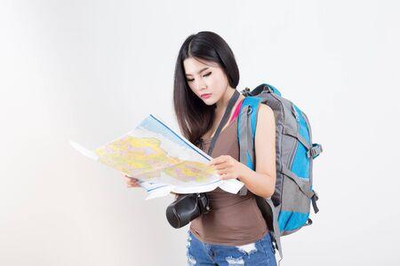 mochila de viaje: Hermosa mujer que viaja - en el fondo blanco
