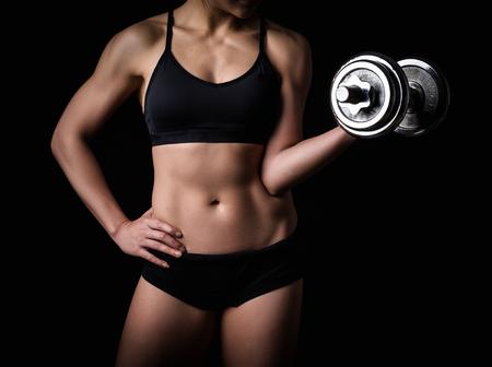 Beau corps de femme fitness - fond sombre
