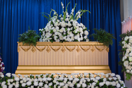 Wooden Coffin in Crematory decorated with flowers Standard-Bild