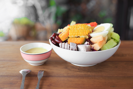 Bowl with Fresh and Healthy salad on wooden table 版權商用圖片