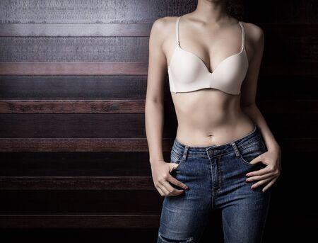 Bel corpo di donna snella su fondo in legno