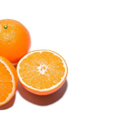 Orange. Isoliert auf weißem Hintergrund mit Schatten. Standard-Bild