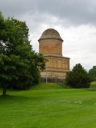 Hamilton mausoleo con una nube gris en el fondo Foto de archivo - 15204264