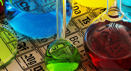 hoja de calculo: Laboratory glassware with color solutions on the table of the chemical elements