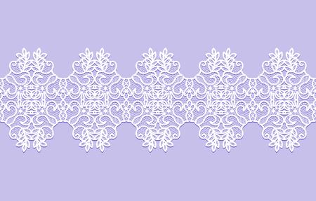 biała koronkowa wstążka z kwiatowym wzorem na liliowym tle