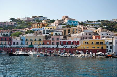 Port of the island of Ponza in the summer. The typical colored houses of the island of Ponza. Landscape of the harbor of Ponza. Stockfoto