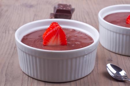 Chocolade dessert serveren op een tafel