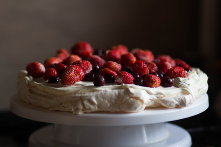 Dessert Anna Pavlova topped with strawberry and cherry Stockfoto