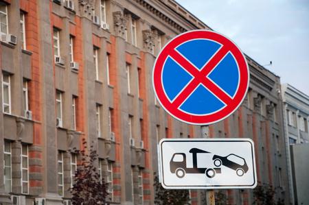 Letrero de la calle 'Stop and parking prohibited' en el fondo del hermoso edificio Foto de archivo