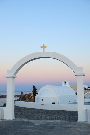 santorini greece: Arch and a chapel in Santorini, Greece