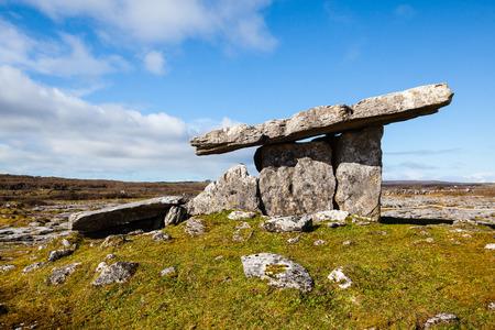 antigua tumba dolmen en el oeste de Irlanda Foto de archivo