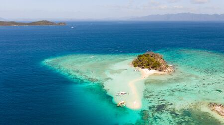 A small island for tourists with a sand bar.Tourists rest on a small island. Philippine Islands aerial view. Philippines, Palawan Stockfoto