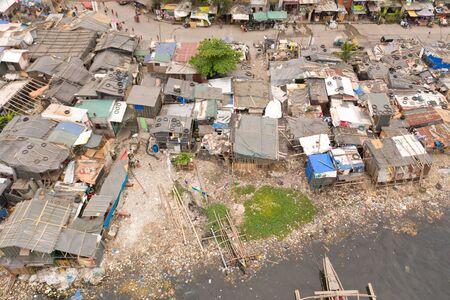 Barrios de tugurios en Manila, una vista superior. Contaminación del mar por residuos domésticos. Basura de plástico en la playa.