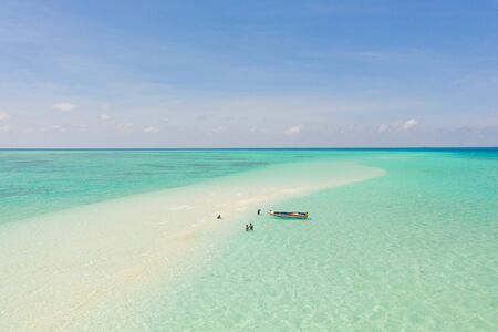 Mansalangan sandbar, Balabac, Palawan, Philippines. Tropical islands with turquoise lagoons, view from above. Boat and tourists in shallow water. 版權商用圖片