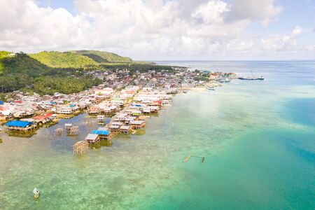 Sea port in the city of Dapa, Philippines. Fishing village and ships, view from above. Seascape in sunny weather. Banque d'images