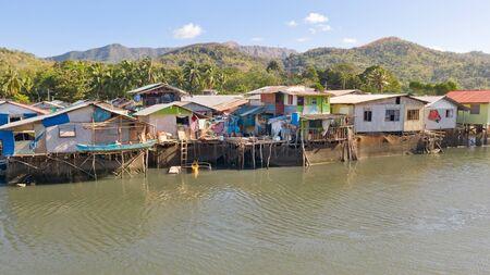 Vista aerea della città di Coron con baraccopoli e quartiere povero. Palawan.case di legno vicino all'acqua.quartieri poveri e baraccopoli nella città di Coron vista aerea