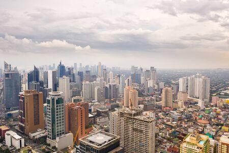 De stad Manilla, de hoofdstad van de Filippijnen. Moderne metropool in de ochtend, bovenaanzicht. Nieuwe gebouwen in de stad. Panorama van Manilla. Wolkenkrabbers en zakencentra in een grote stad.
