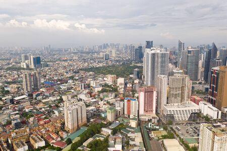 De stad Manilla, de hoofdstad van de Filippijnen. Moderne metropool in de ochtend, bovenaanzicht. Nieuwe gebouwen in de stad. Panorama van Manilla. Wolkenkrabbers en zakencentra in een grote stad. Stockfoto