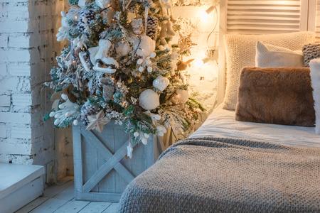 christmas tree in tge bedroom Standard-Bild