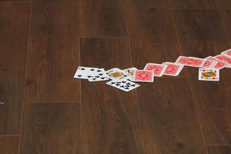 speelkaarten liggen verspreid over de vloer
