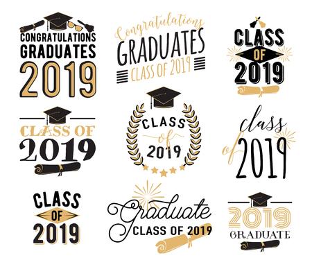 Graduación desea superposiciones, conjunto de diseño de etiquetas de letras. Clase de posgrado retro de insignias de 2019. Emblema dibujado a mano con sunburst, sombrero, diploma, campana. Aislado.
