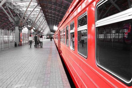 estacion tren: Roja tren en la estaci�n Foto de archivo