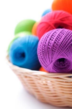 wool fiber: hilados para tejer sobre un fondo blanco en la cesta