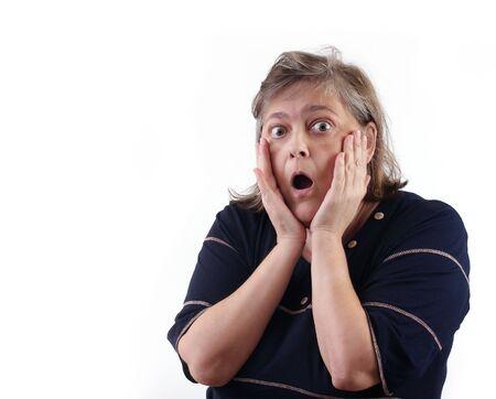 cerveza negra: robusta mujer de mediana edad con sorpresa espera
