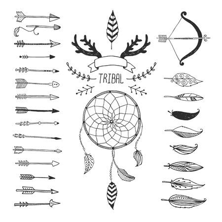 tollas: Vector Tribal design elemek, azték szimbólumok, nyilak, dreamcatcher, virág, szalag, szarvak, indián, indiai madártoll, íjat nyilakkal elszigetelt fehér háttérrel. Kézzel rajzolt törzsi, etnikai elemek Illusztráció