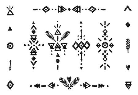piuma bianca: Disegno a mano collezione tribale con ictus, linee, frecce, elementi decorativi, penne, simboli geometrici stile etnico. Flash Tatuaggio isolato su sfondo bianco Vettoriali
