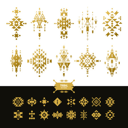 tribales: Vector de elementos tribales colores oro con inconformista, modelos azteca y símbolos étnicos aislados en el fondo blanco