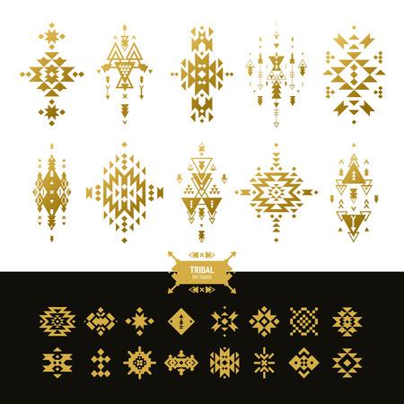indische muster: Vector Tribal Elemente Goldfarben mit hipster, aztekische Muster und ethnische Symbole isoliert auf weißem Hintergrund