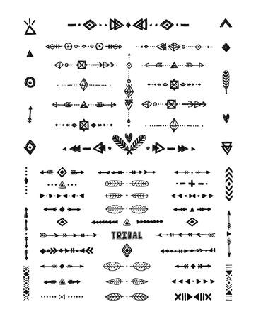 Disegno a mano i modelli tribali con ictus, linee, frecce, elementi boho, piume, simboli geometrici in stile rustico. Tattoo flash, forme, boho tribali