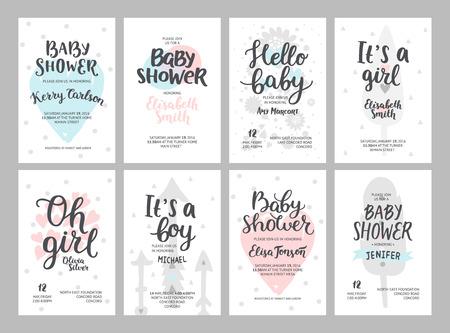 Douche de bébé fille et garçon affiches, modèles vectoriels. invitations douche pastel bébé avec des coeurs, des flèches, des plumes et de la main texte élaboré sur fond blanc