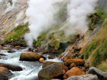 hot temper: Valle de los Geysers, caliente r�o  Foto de archivo