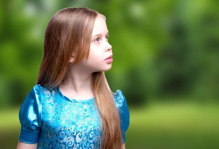 Hermosa niña / Rubio, retrato de perfil de niño, buscando, aislado sobre fondo blanco, estudio Foto de archivo - 6958635