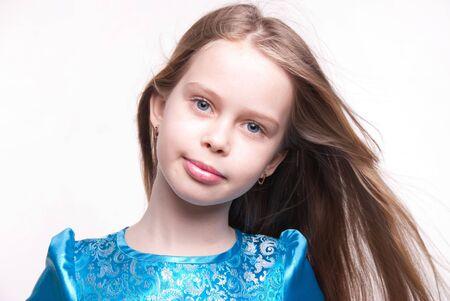 russian girls: Rubia hermosa ni�a  ni�o sonriente con largo cabello sobre fondo blanco, retrato de cara de estudio de transmisi�n