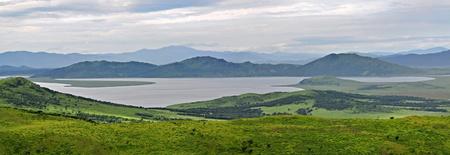 lejano oriente: Colinas y lago cerca de mar, panorama, paisaje salvaje, reserva mar�tima del Lejano Oriente, Primorie, Rusia