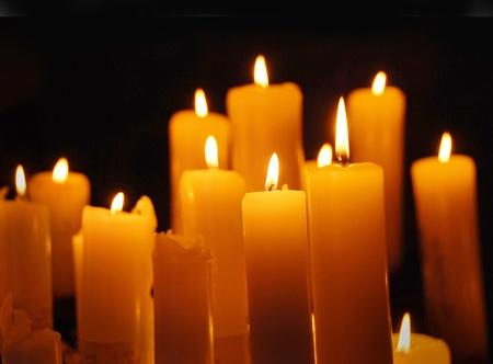 velas de navidad: Velas encendidas, la tarjeta de Navidad Foto de archivo