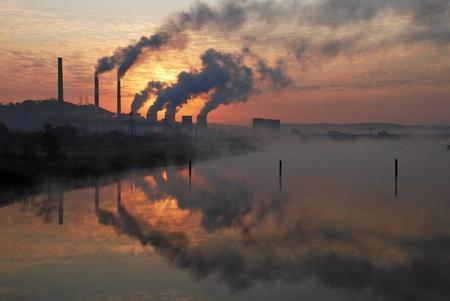 contaminacion del agua: Fábrica de tuberías de aire contaminante, los problemas ambientales Foto de archivo