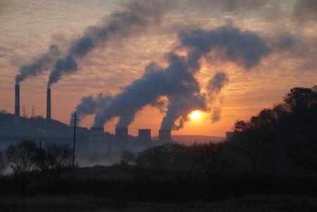calentamiento global: F�brica de tuber�as de aire contaminante, los problemas ambientales Foto de archivo