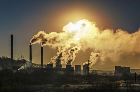calentamiento global: Fábrica de tuberías de aire contaminante, los problemas ambientales Foto de archivo