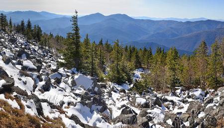 lejano oriente: Panorama de las montañas de invierno, paisaje salvaje, taiga, Primorye, Extremo Oriente de Rusia Foto de archivo