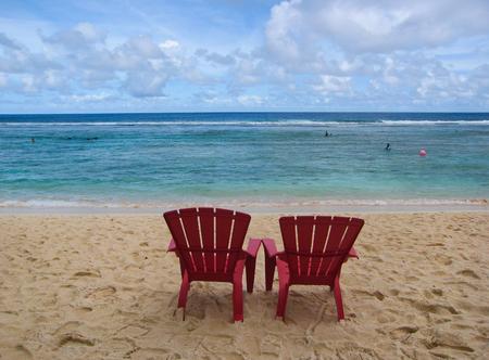 海、グアム島そば、ビーチでのサンベッドでリラックスします。 写真素材