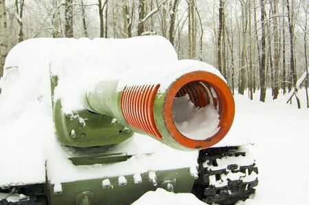 Tanque militar en el parque bajo la nieve, invierno en el parque, nieve Foto de archivo